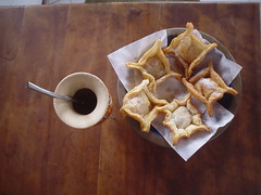 Mate con pastelitos