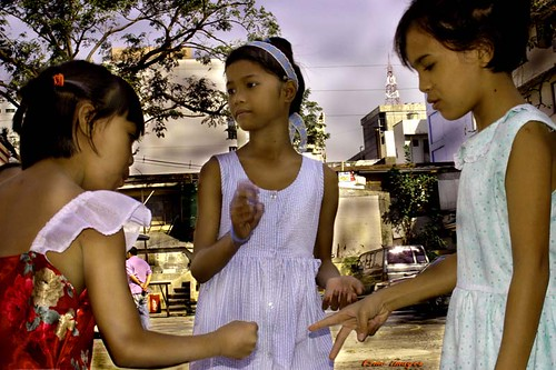 young girls playing a traditional hand game, paper stone rock Philippines Buhay Pinoy  Filipino Pilipino  people pictures photos life Philippinen