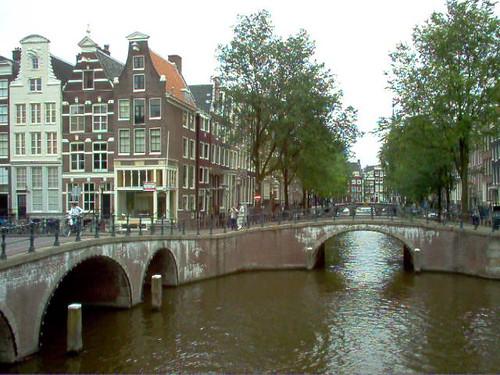Puente y Canal de Ámsterdam - Fotografía de David Feltkamp sujeta a licencia Creative Commons