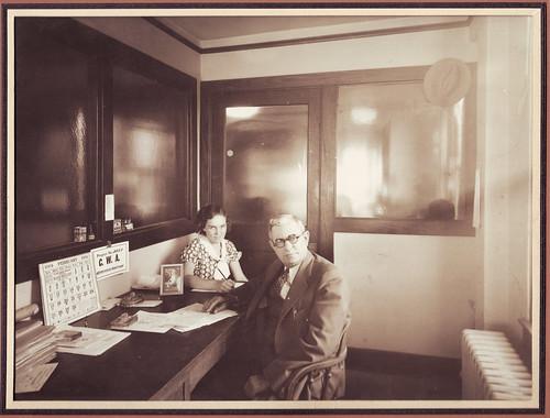 Staromodan enterijer, šef i sekretarica (1934) - deflam via Flickr (CC BY-NC 2.0)