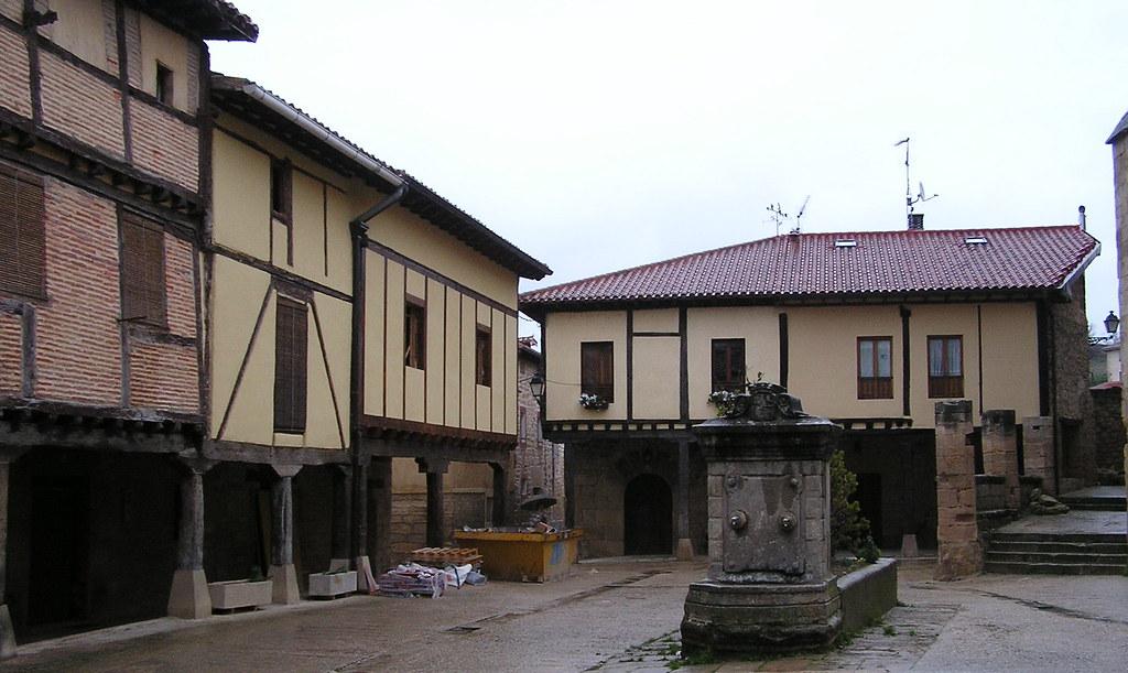 Burgos Plaza Porticada de la fuente Santa Gadea del Cid 04