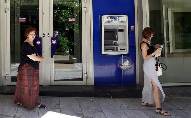 Bancos griegos seguirán cerrados por al menos dos días más