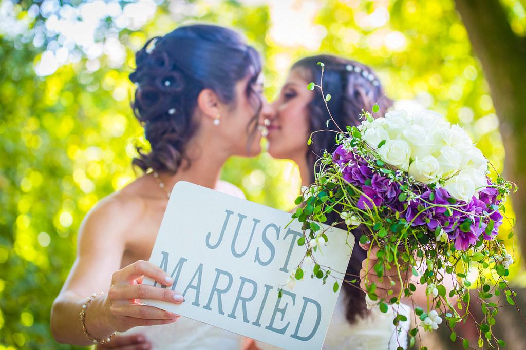 Imagen gratis de una pareja de lesbianas recién casadas
