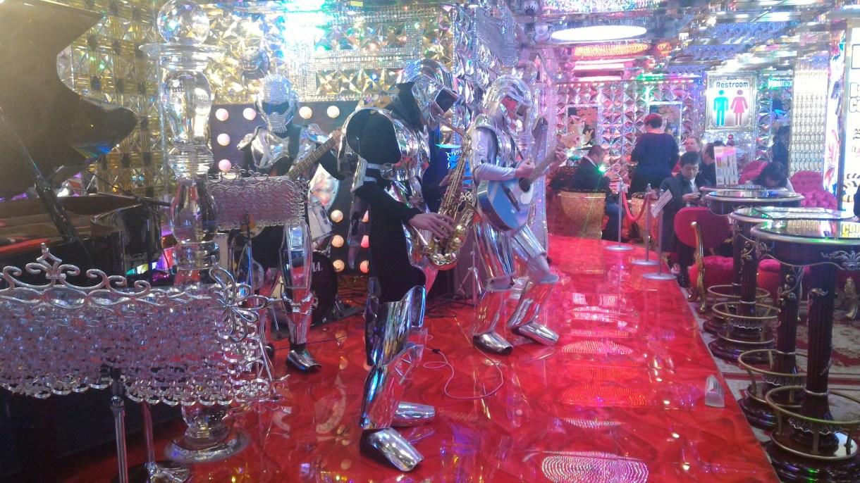 Robot Restaurant Tokyo. Espectáculo de cyberpunk bizarro ... 7421dae52fba9