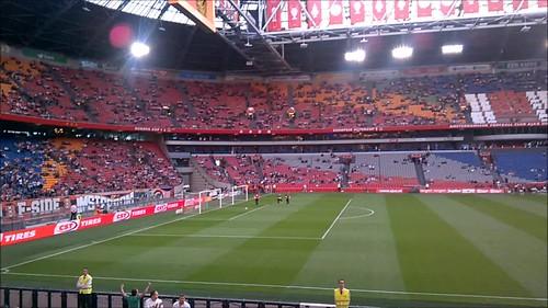 Los jugadores del Ajax salen a calentar al estadio