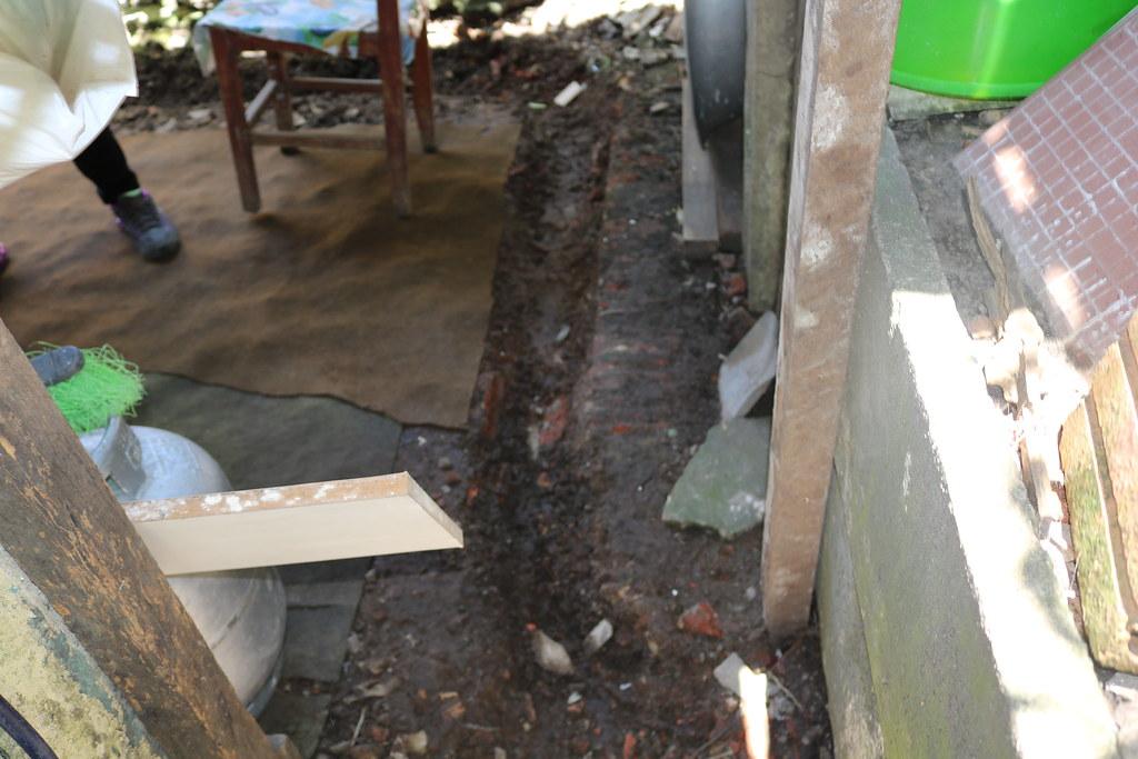 Aterro junto ao muro da APPA leva risco para casas na Vila Portuária 10