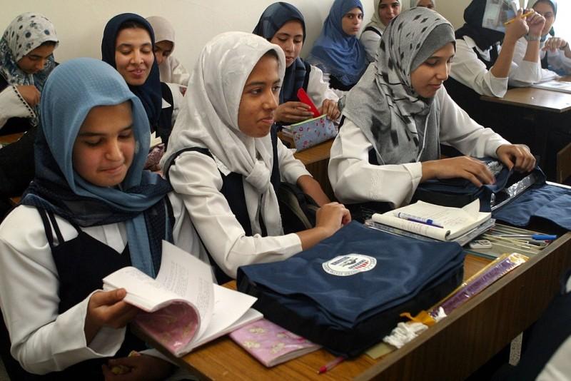 Grupo de niñas atendiendo a clase en iraq