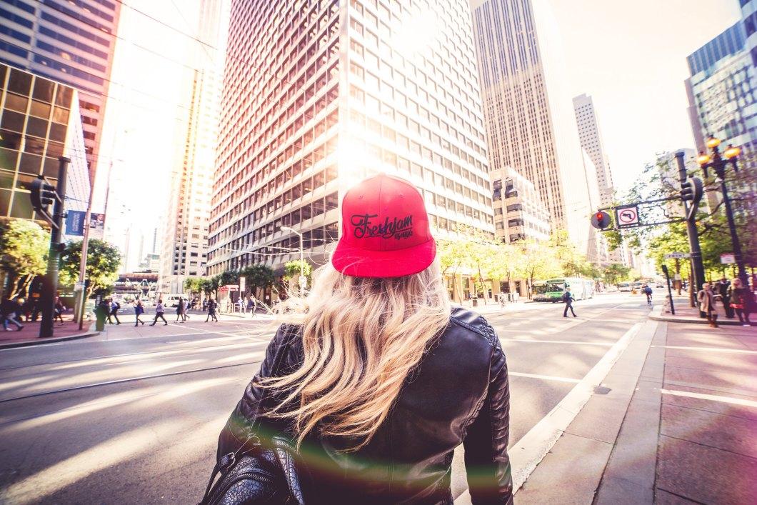 Imagen gratis de una chica con una gorra roja andando por las calles de San Francisco