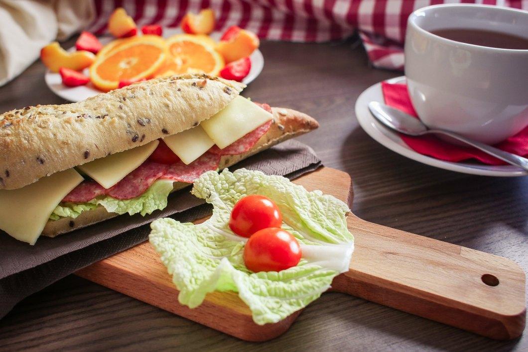 Imagen gratis de una baguette en el desayuno