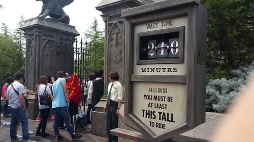 ตอนออกมา คิวรอเล่น Harry Potter Ride ก็ยาวระดับ 210 นาทีแล้ว
