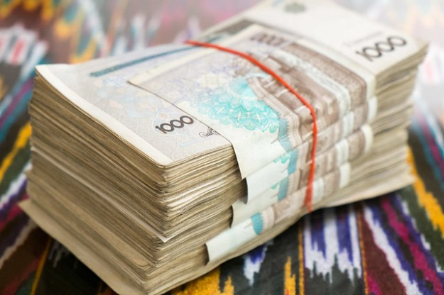 Uzbekistan travel inconvenience: carrying bricks of cash.