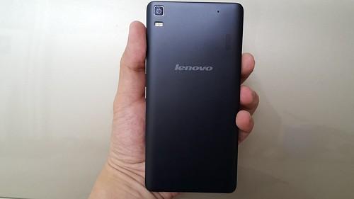 Lenovo A7000 ด้านหลัง