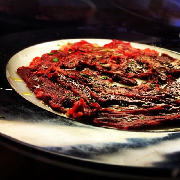 Corte del ceviche de carne como en el carpaccio