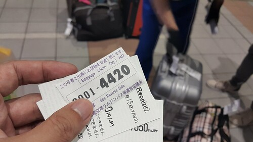 ใครโหลดกระเป๋าขึ้นรถบัส ก็จะได้บัตรรับกระเป๋ามา อย่าทำหายล่ะ