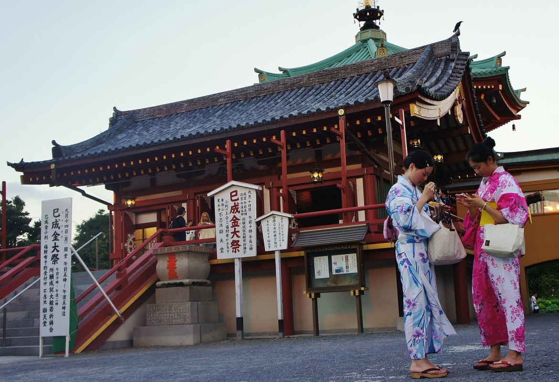 Beautiful Lotus FLowers and kimono dresses in Ueno Park