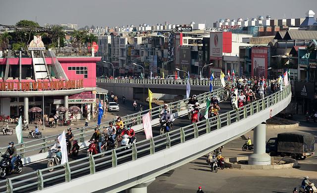 Dự án được khởi công từ tháng 9/2016 với tổng mức đầu tư 405,7 tỷ đồng, dự kiến hoàn thành toàn bộ vào quý II/2017. Hiện tại, xe cộ từ đường Nguyễn Oanh qua đường Nguyễn Kiệm bắt đầu được lưu thông qua nhánh cầu này.