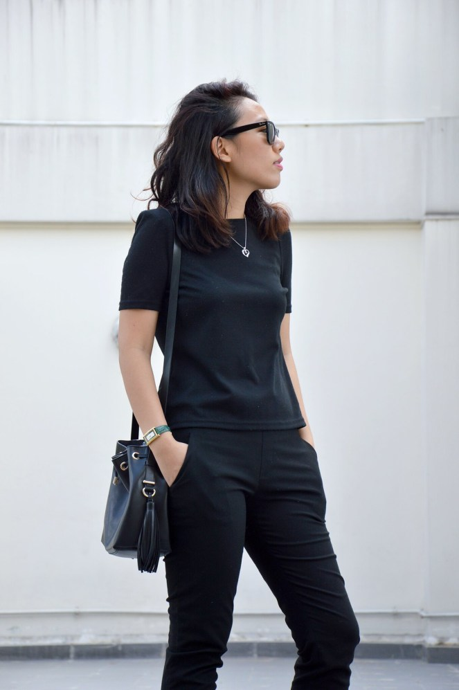 all black outfit, converse, rayban wayfarer black, zara black bucket bag