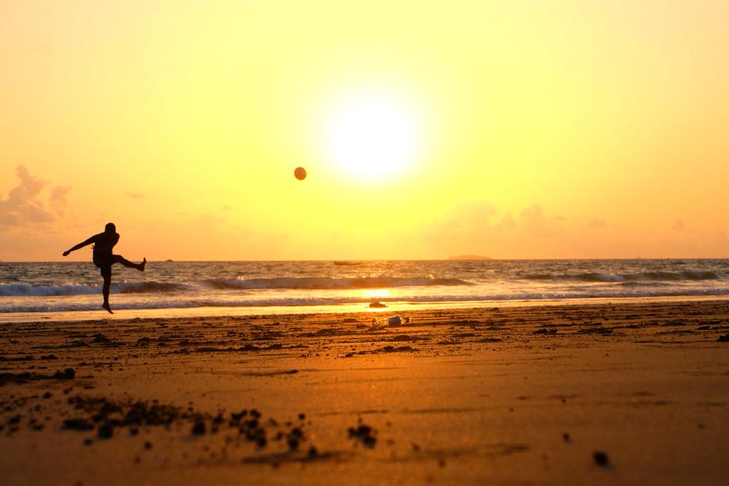 Imagen gratis de un chico chutando un balón en la playa