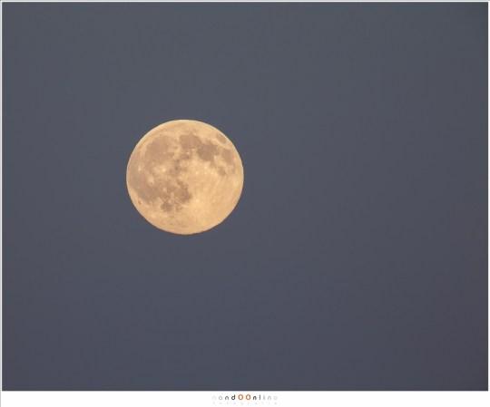 De grenzen opzoeken: 100-400mm objectief op 400mm in combinatie met een 2x tele converter wat 800mm brandpunt oplevert. Nog nèt acceptabel wat kwaliteit betreft. Let ook op de randen van de maan: het resultaat van de atmosferische storingen.