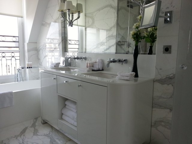 Marble bathroom : Grand Hotel du Palais Royal, Paris
