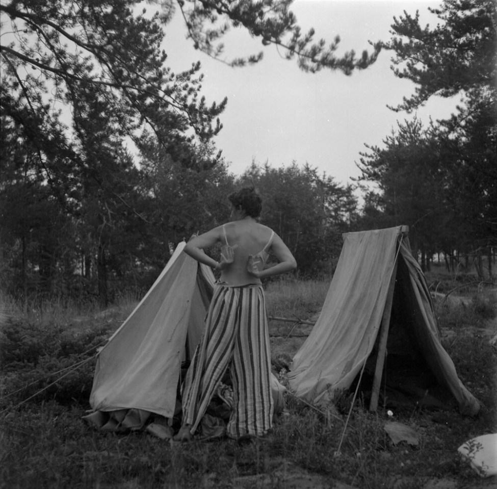 Anna Brown getting dressed at a campsite, [vicinity of Qu'Appelle Valley, Saskatchewan?] / Anna Brown en train de s'habiller sur un site de camping dans la vallée Qu'Appelle, en Saskatchewan?
