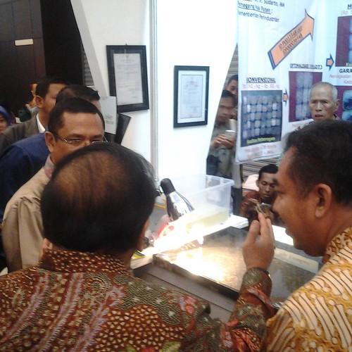 Bapak Sukarwo dan Bapak Saleh Husin mengunjungi stand Balai Riset dan Standarisasi Surabaya di @ppi2015  yang memamerkan Hasil Penelitian dan Pengembangan Garam Beryodium #SeruPPI2015 #BanggaProdukIndonesia #GaramBeryodium