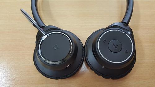 หูฟังของ Plantronics Voyager Focus UC มีปุ่มพรึ่บพรั่บเช่นเคย
