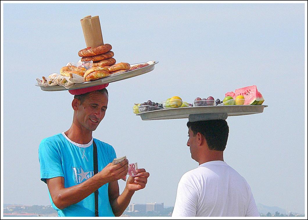 Imagen gratis de dos hombres haciendo negocio en la playa