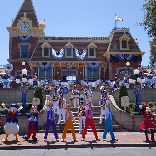 Disneyland Foreverのテーマ曲、Live the Magicがかっこよかった。