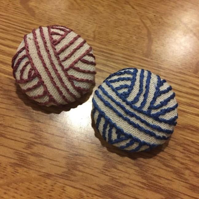 そうそう、昨日掘り出された毛糸玉。左側が2作目、annasさんのアウトラインステッチの刺し方で刺したらだいぶんブレがなくなりました。 #embroidery #樋口愉美子