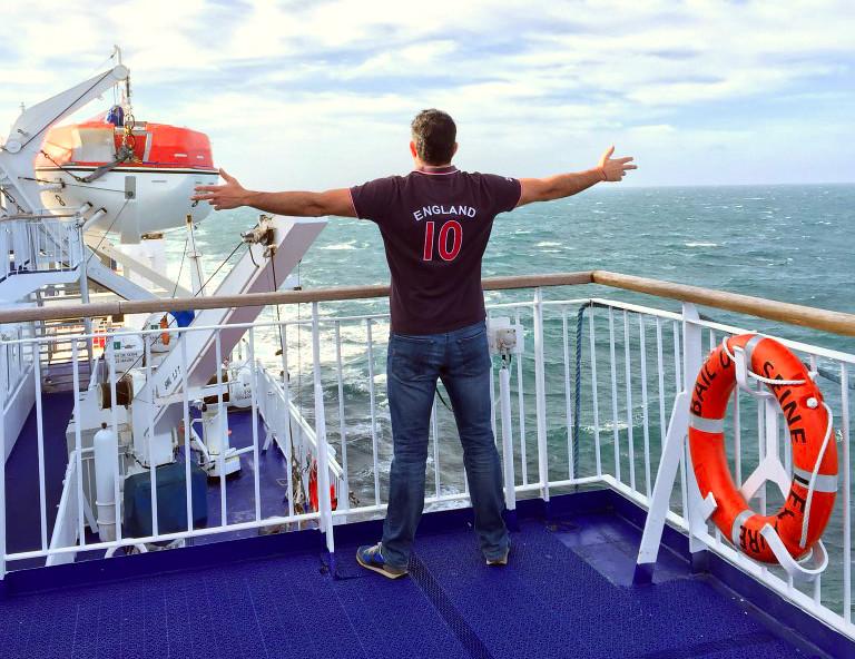 Pau paseando por el barco Viajar con mascotas a Reino Unido desde España Viajar con mascotas a Reino Unido desde España 23291428459 06a104f611 b