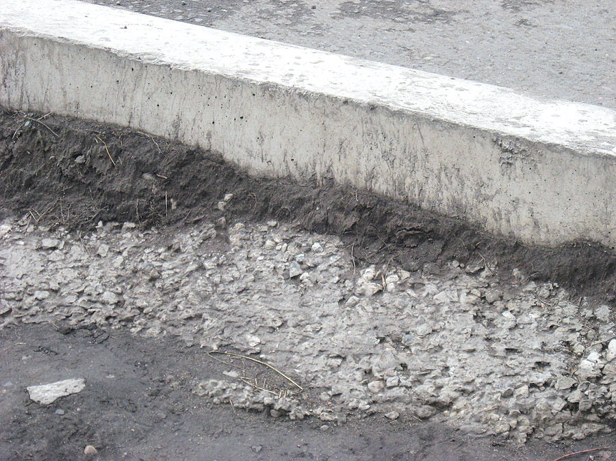 Вместо бетонной обоймы бортового камня выполнено набрасывание бетонной смеси. При наезде транспорта на конструкцию такой бортовой камень не выдержит нагрузки и отойдет от покрытия