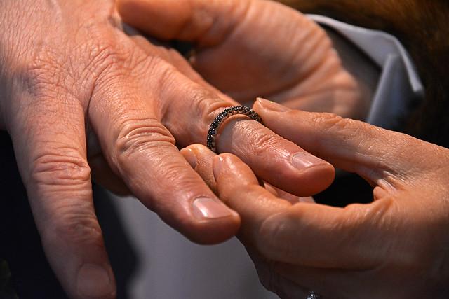 Ricevi questo anello in segno del mio amore ...