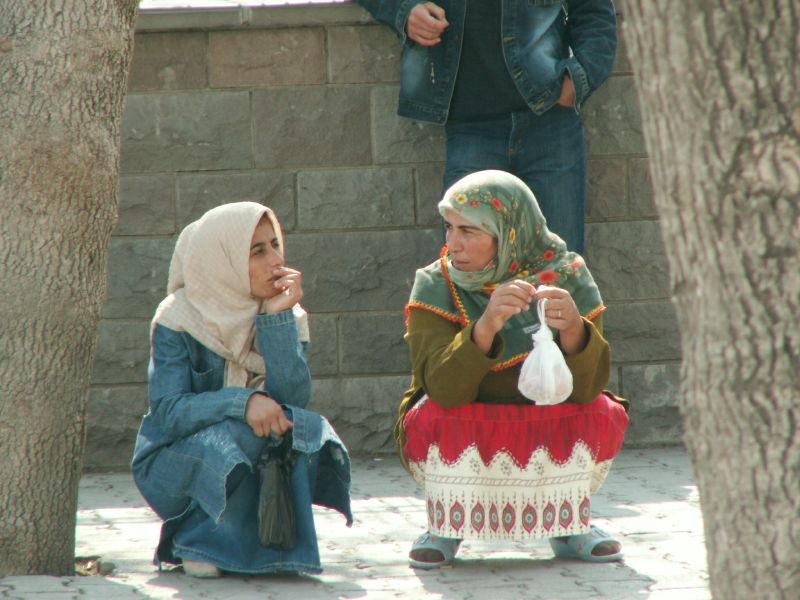 Mujeres esperando el autobús en Konya