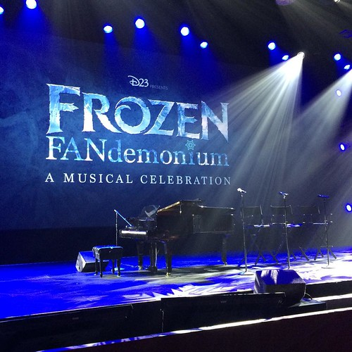 Hall D23 の最後の演目はFrozen FANdemonium。ピアノと椅子が3つ。