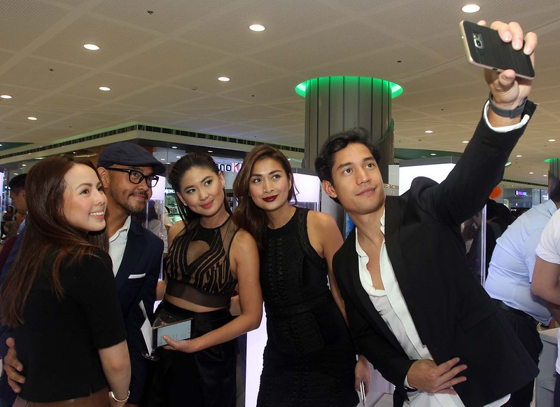 Together with Andi Manzano, Xander Angeles, CJ Jaravata, and Phoemela Barranda, Victor Basa takes a groufie with his Samsung Galaxy S6 edge+