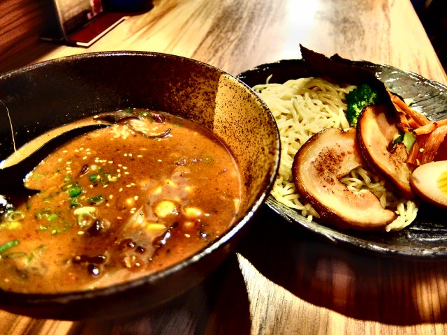 沾麵則是一碗沾麵醬汁和一盤麵
