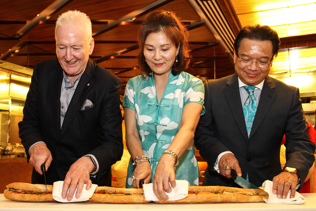 03. CEREMONIAL CUTTING OF THE BANHMI led by Manila Bay Hotel GM Mark Heywood,   Vietnamese Ambassador Spouse Madam Dinh Thi Thu Duong, His Excellency Vietnamese Ambassador Truong Trieu