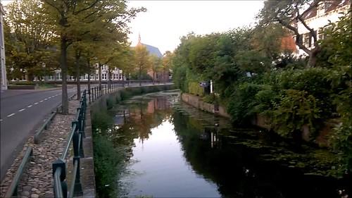 Campanario y canal en Amersfoort al atardecer