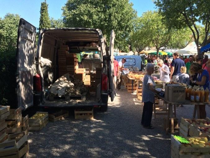 Naar de markt in de Luberon: knoflook op markt van Coustellet