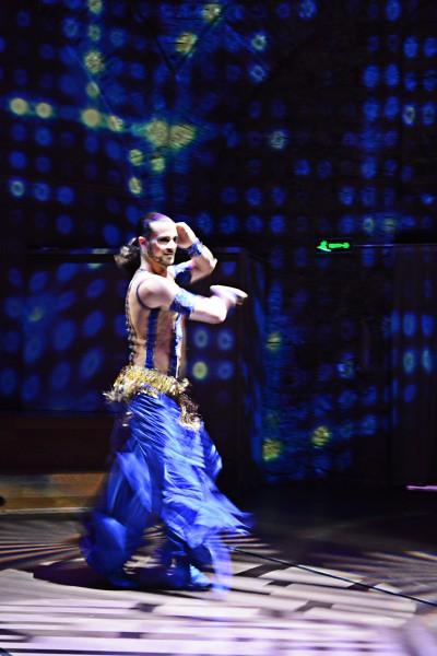 ホジャパシャ文化センターマッチョな男が踊るベリーダンス