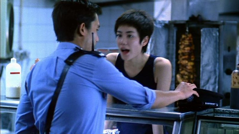 ウォン・カーウァイ監督「恋する惑星」の一場面。マイペースで遊び心満載の新鮮さがバカ受けし、香港電影金像奨・主演女優賞にノミネート、スウェーデンでは主演女優賞を受賞。クランベリーズ「Dreams」をカバーしたこの映画の主題歌「夢中人」も大ヒット。