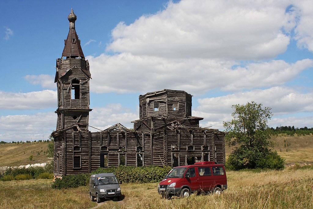 Два полноприводных Соболя сопровождения у церкви XIX века в деревне Старая Ерыкла Ульяновской облкасти