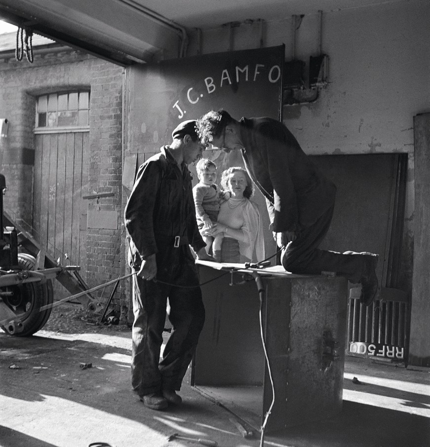 В 1948 году JCB переехал в здание конюшни Крэйкмарш-Холл. Энтони Бамфорд на руках матери Марджори пока Билл Херст (слева) и Артур Харисон за работой
