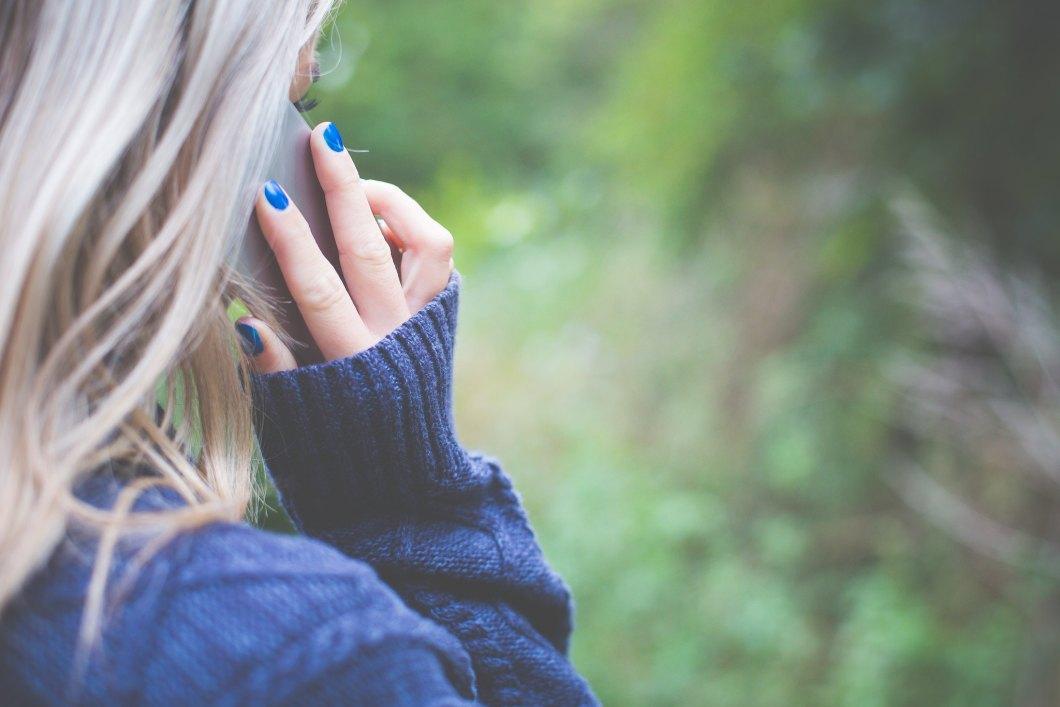 Imagen gratis de una chica llamando