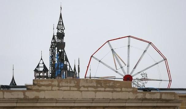 Banksy abrirá 'Dismaland', parque temático parodia de Disneyland