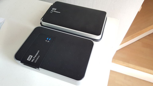 ลองเทียบกับ WD My Passport Wireless ที่ว่าหนาและใหญ่แล้ว WD My Passport Pro กินขาด