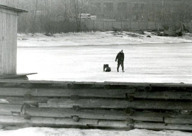 Зима Миша Данков тянет бочку с мусором на санках снято издалека