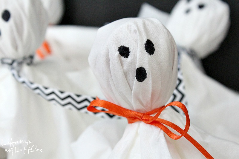 Super easy and cute lollipop ghosts! These are so fast to put together and make the perfect Halloween party treat! And you can make this craft with your kids!