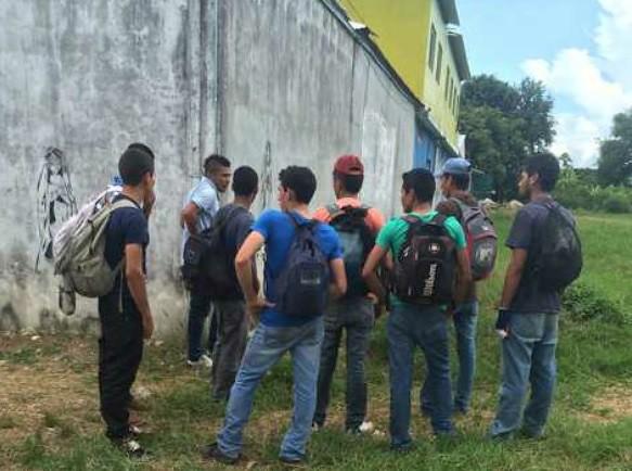 Indocumentados que no lograron subirse a 'La Bestia' se reúnen frente a La 72, casa-refugio ubicada en el municipio tabasqueño de Tenosique, en imagen del 19 de octubre pasado. Foto Arturo Cano